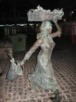 Рыбачка - символ портового города - в ночи....