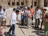 Экскурсовод Tez-Toura Мина (см. текст). Чувствовалось, что с любовью и о Египте рассказывал и не только торговлей занимался.