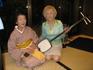 Эта интеллигентная японская дама аккомпанировала танцу с веером на сямисене (японская лютня)