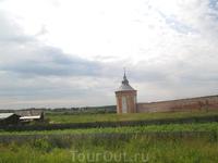 Снято с железнодорожного переезда. стены и башни монастыря