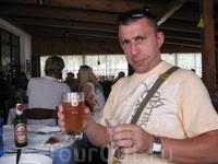 В горном ресторанчике угостили только что приготовленным ягненком и ракией-сливянкой. Пиво - на запивон.