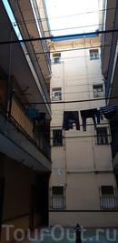 Кстати, жила я в этот раз в очаровательной квартире в доме, который называется corrala - дом, характерный для старой части Мадрида. В таком доме квартиры располагаются по периметру коридора, который окружает внутренний двор. У нас во дворе даже сохранилась колонка для воды.