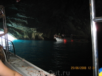 Берег Адриатического моря недалеко от входа в Боко-Которскую бухту. Голубая пещера.