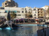Этот фонтан тоже является достопримечательностью центра Нетании.
