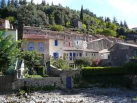 Река, которая на фотографии угадывается только по руслу, в ноябре 2011 после продолжительных ливней вышла из берегов и затопила половину деревни.