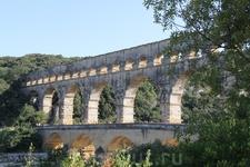 Акведук состоит из трех ярусов арок, расположенных один над другим и абсолютно независимых друг от друга.