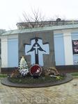У главного входа на территорию Михайловского монастыря.