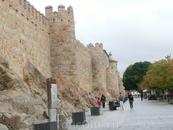 Paseo del Rastro - огромная прогулочная пешеходная зона. Стены потрясают своей мощью.