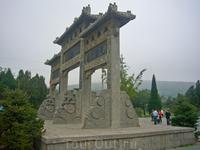 Одна из историй. Отряды императорских войск подняли мятеж против императора Танской династии Ли Шиминя. Он обратился за помощью к монахам шаолиньского ...