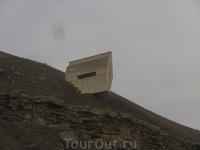 один из памятников возле музея