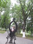 в парке возле кремлевской набережной. Я в непонятной скульптуре (вроде бы символическое изображение буквы О)
