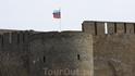 С одной стороны реки стоит крепость с нашим флагом...