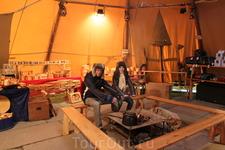 Прямо внутри большого шатра с сувенирами горит костёр, а на нём варится традиционный рыбный суп, который можно попробовать!