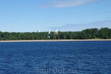 Теплоход остановился утром возле острова Коневец .