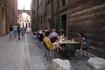 Верона.  Идем  обратно  от Арок  Скалигеров на  площадь Синьории. Вдали виден  памятник  Данте  на фоне  Лоджии  Дель Консильо.