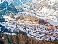 Когда спускаешься вниз на фуникулёре можно заметить то, чего на лыжах как-то не успеваешь рассмотреть. Этот пряничный посёлок Санкт-антон.