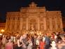 Фонтан ди Треви ночью - туристов больше, чем днем..