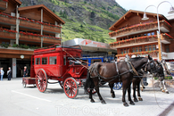 альпийский курорт Церматт - город без автомобилей, разрешены только электромобили, велосипеды.... и лошади :). Такие кареты встречают на вокзале постояльцев ...