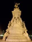 Рядом с королевским памятником Виктории чувствую себя букашкой:(