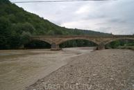 Старинный каменный мост через реку Дах с ажурными арками, построенный казаками опального Урупского полка в 1905 году возле станицы Даховской. О его прочности ...