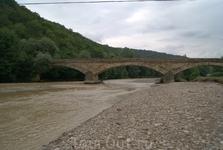 Старинный каменный мост через реку Дах с ажурными арками, построенный казаками опального Урупского полка в 1905 году возле станицы Даховской. О его прочности ходят легенды, так как в известковый раств