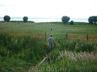 Десантировались и прямиком к озеру, по плану был обед-шашлыки, надо было найти место для пикника.