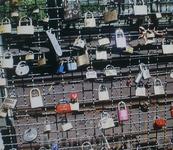 """Мост Понте Веккио . Замочки, """"скрепляющие""""  любовь."""