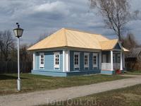 """Дом бывшего священника Фиалковского, перед входом в усадьбу со стороны касс и домика с сувенирами. Здесь расположен """"Музей пушкинских сказок""""."""