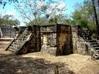 платформа Венеры.  О том, что в Чичен-Ице принесение людей в жертву было обычным делом свидетельствуют и каменные платформы, находящиеся вблизи Эль-Кастильо, на которых, как полагают также осуществл