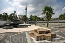 National Mosque названа в некоторых путеводителях самой большой и современной мечетью в ЮВА. Не взяла ее саму в кадр, но выглядит она как большой цирковой ...