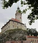 Замок кажется продолжением скалы