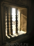 Балясины в окнах вместо стекла