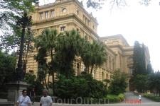 Сан-Паулу. Музей Ипиранга (расположен во дворце 1890г. постройки). Коллкцию музея составляют старые карты, монеты, картины и мебель