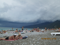 Даже в такую погоду люди загорали))))