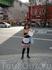 девушка, раздающая рекламные листовки на улице