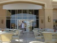 терраса. снее открфвается потрясающий вид на отель и море