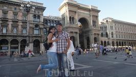 Слева от Дуомо – Северный Дворец с Триумфальной Аркой, которая является входом в знаменитую Галерею Витторио-Эммануиле, мекку шопоголиков и фанатов брендированной ...