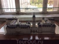 План дворца в музее. Графское семейство постоянно перестраивало и улучшало дворец.  Сегодняшнюю форму в стиле нео-барокко здание  приобрело в 1880-е годы при графе Тасило Фештетиче и его супруге (англ