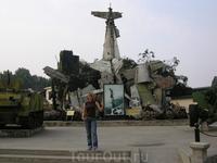 Музей Армии в Ханое. В нём представлены образцы советской, китайской, а также американской и французской военной техники и оружия.