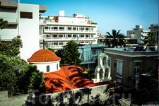 Церковь среди жилых домов и отелей