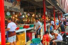 На этом рынке можно выбрать все, что хочешь.. от креветок до омаров, а за углом в ресторанчиках это приготовят