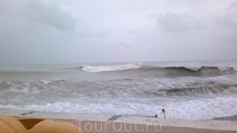 Для сравнения - море в п.Лазаревское в шторм.