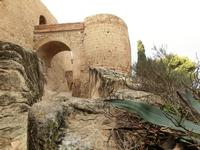 Интересное решение когда одна башня, отделена от другой мостом. La Torre de Sant Jordi. Это хорошо видно только снизу, со стороны крепостного рва. Опять ...