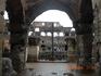 Колизей на самом деле огромный... и немного мрачноватый. думаешь все время про диких зверей и бедных гладиаторов...