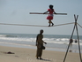 девочка показывала на пляже всякие разные трюки с канатом. Мне понравилось