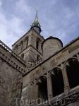 На шпиле церкви аббатсва видеется позолоченная фигура архангела Михаила