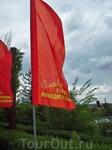 В праздничные майские дни Аллея украшается красными флагами.Мы были в Волгограде несколько раз,поэтому фотоотчет собран из фотографий,сделанных в разное время)