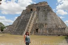 У пирамиды Предсказателя. Крутая под углом 60 градусов лестница. Подъем на нее запрещен.