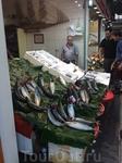 Рыба свежайшая, и продавцы непременно это демонстрируют.