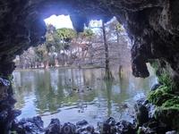 Поскольку было ранее утро, то ни центральный фонтан, бьющий в озере, ни водопад не работали. И можно было через дырочку полюбоваться озером.